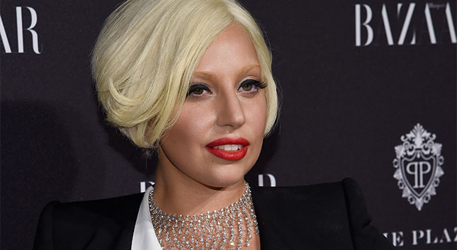 ¡Ya tenemos el video de Lady Gaga cantando en la Icons Party de Harpers Bazaar!