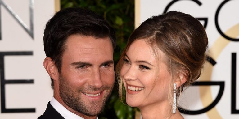 Adam Levine comparte divertida foto del baby bump de Behati Prinsloo