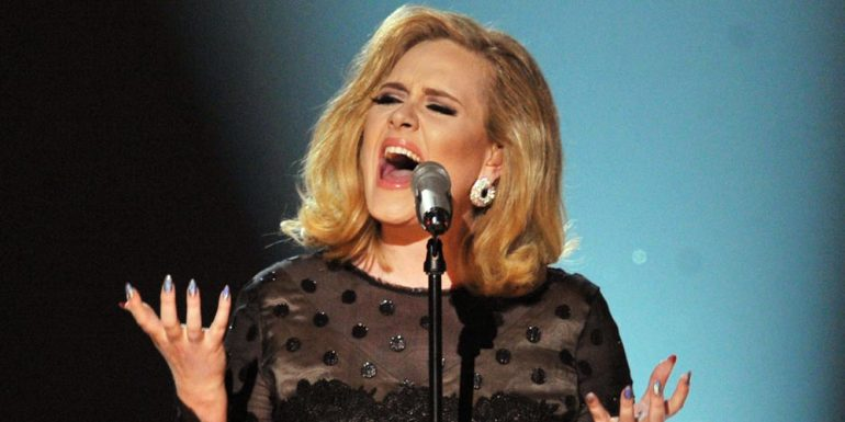 Adele regaña a fan en pleno concierto +VIDEO