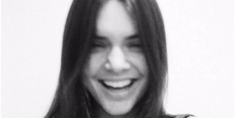 CLOTHES OFF! Kendall Jenner celebra sus 40 millones de followers topless
