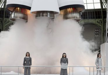 Chanel lanza cohete espacial en pleno desfile en Paris Fashion Week + VIDEO