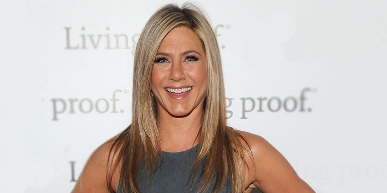 Jennifer Aniston presume su anillo de boda en plena red carpet