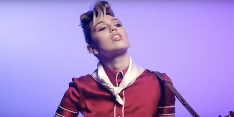 Miley Cyrus estrena video disfrazada de Elvis Presley